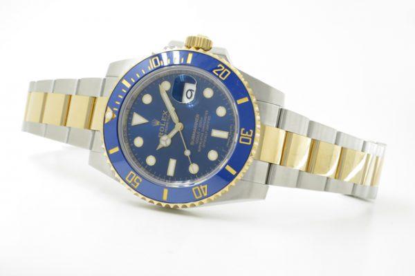 鮮やかなブルーダイヤルが魅力の時計です