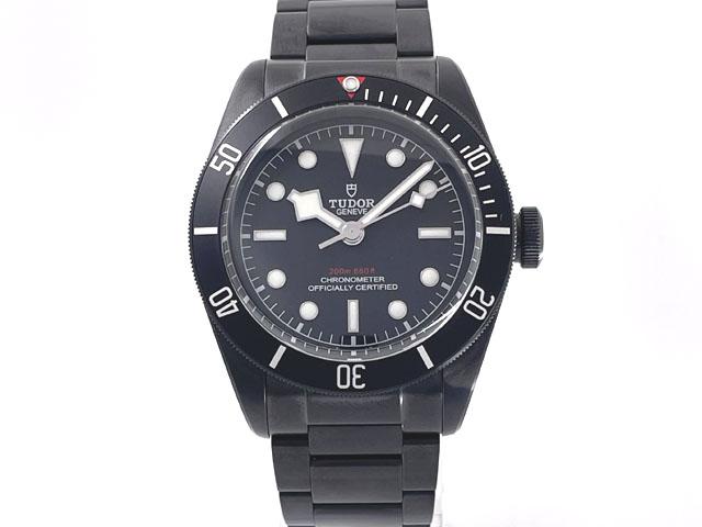 個性的なブラックカラーの腕時計